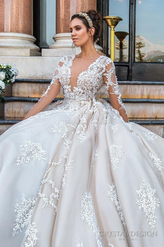 robe de mariée cendrillon, diadème de cheveux, décolleté et manches illusion, chignon haut