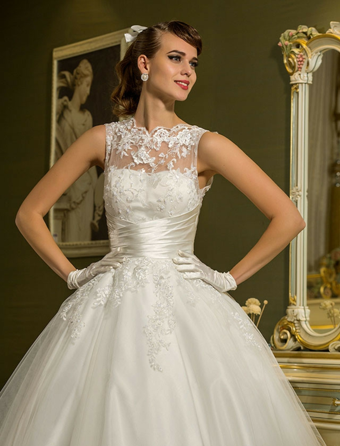 robe de mariée de princesse, dentelle au décolleté, jupe bouffante avec dentelle