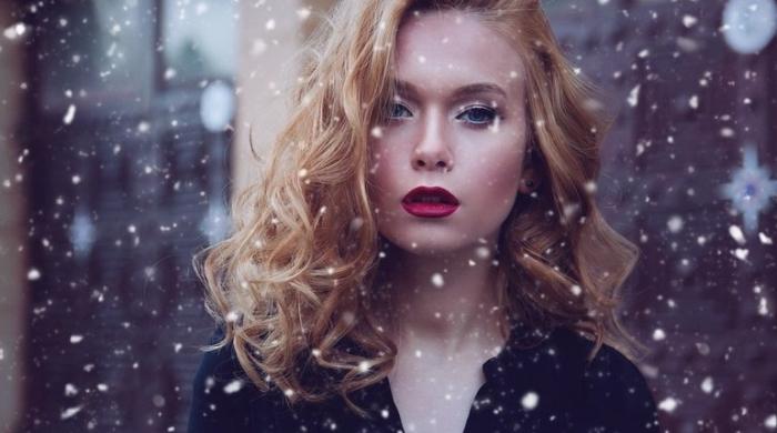 rouge a levre mat, femme aux cheveux blond cuivré et yeux bleus, maquillage en fards à paupières argent