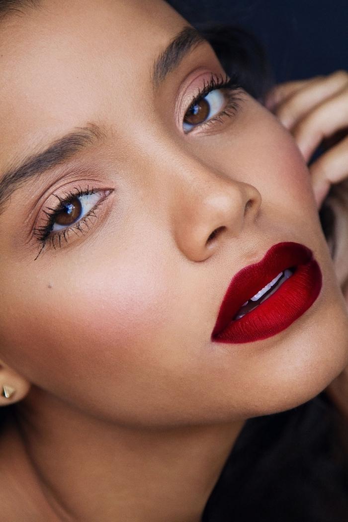 comment se maquiller les yeux, rouge à lèvres bordeaux pour peau matte, maquillage en fards à paupières et poudre rose
