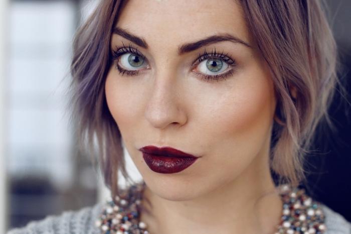maquillage avec rouge à lèvre bordeaux matte à combiner avec peau matte ou olive