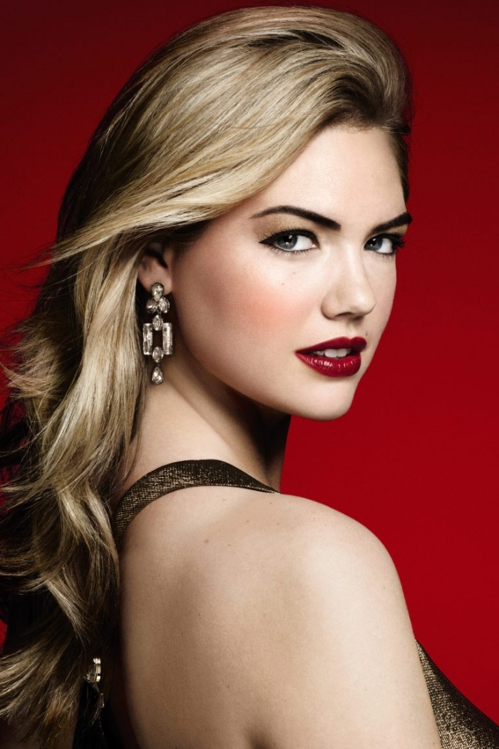 rouge a levre bordeau, maquillage des yeux bleus avec ombres dorées et eye-liner noir