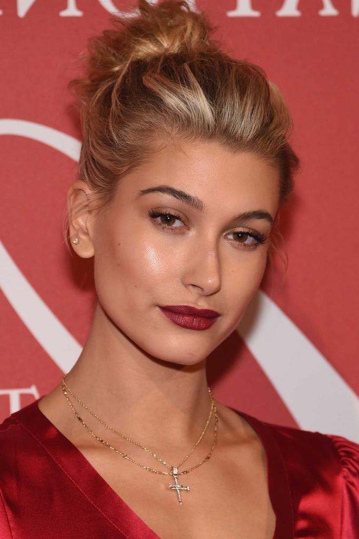 maquillage pour noel aux lèvres rouge bordeaux matte et fards à paupières de nuance marron