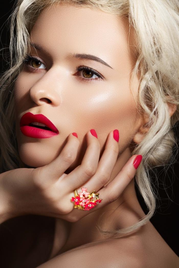 maquillage pour yeux vert noisette, femme blonde aux cheveux attachés en chignon bas avec mèches devant