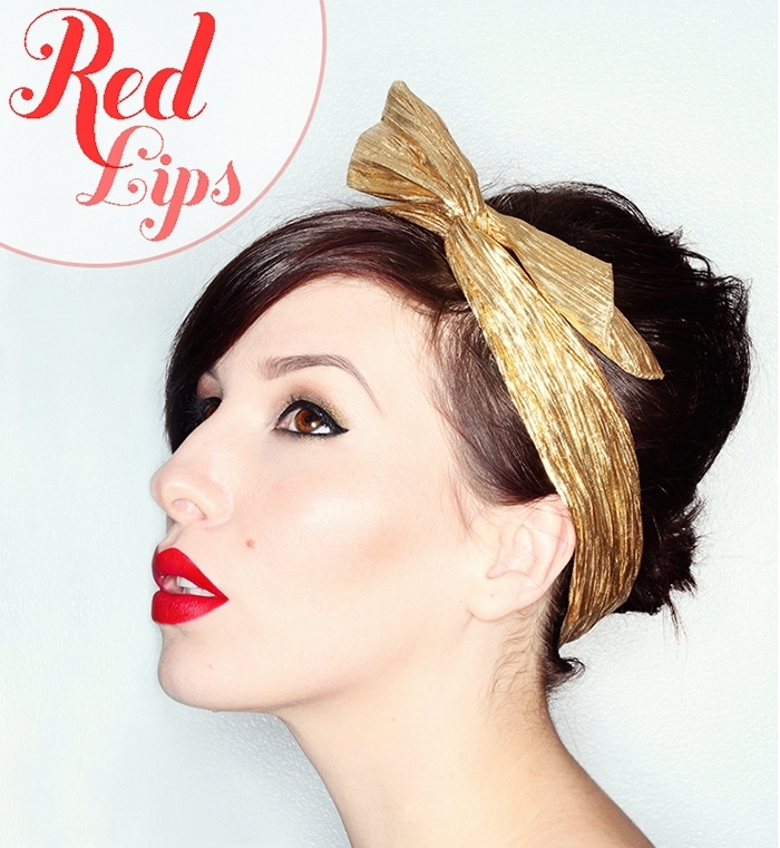 coiffure vintage sur cheveux marron avec bandeau en or, maquillage aux lèvres rouge et eye-liner noir