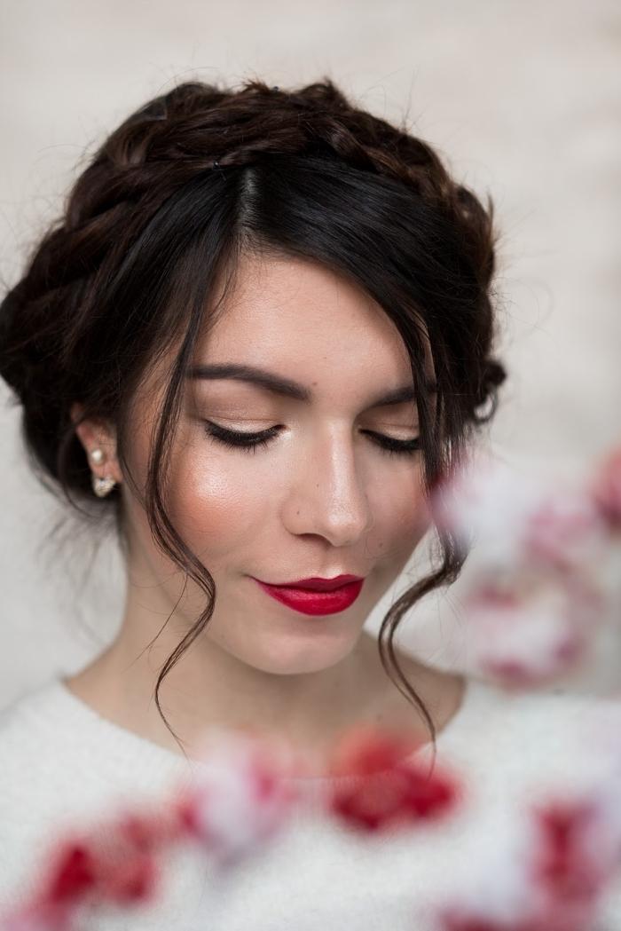 coiffure de cheveux longs et bouclés avec tresse et mèches devant à combiner avec rouge à lèvres rouge
