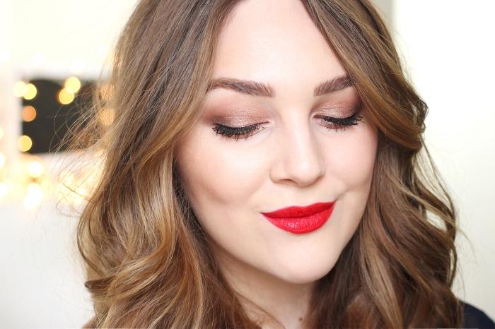 maquillage pour noel, coiffure de cheveux longs et bouclés avec maquillage en fards à paupières marron et lèvres rouges