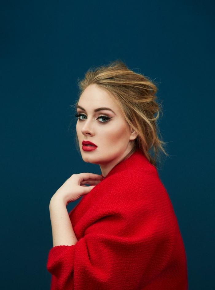 maquillage avec rouge à lèvre rouge, coiffure et maquillage célébrité d'Adèle aux lèvres rouges