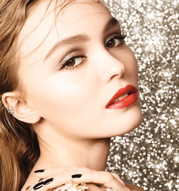 maquillage nouvel an, femme en robe dorée avec coiffure de cheveux légèrement bouclés de nuance châtain cuivré