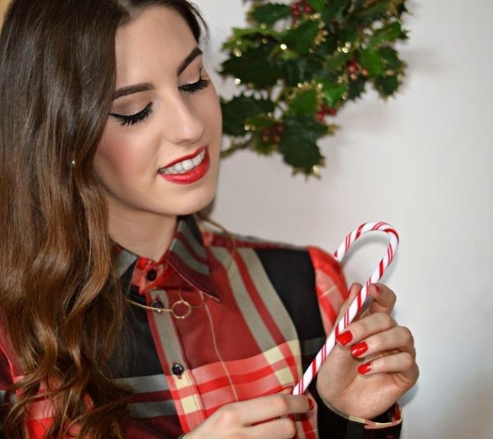 apprendre a se maquiller, femme aux cheveux châtain habillée en chemise rayée en rouge et noir