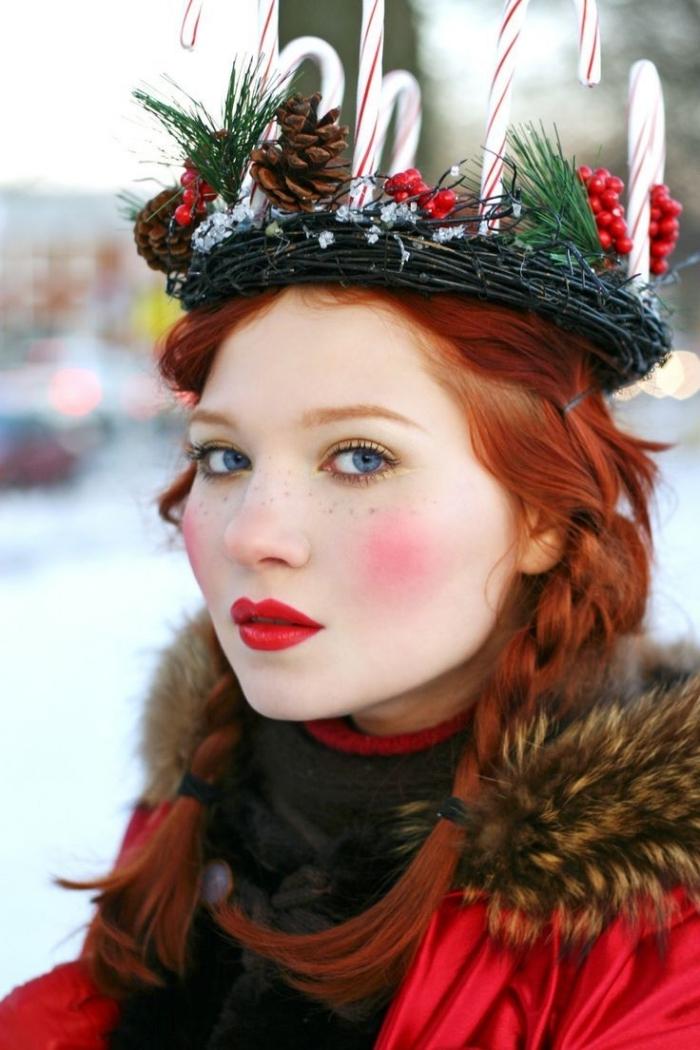 coiffure de Noel sur cheveux longs et cuivrés attachés en tresses de côté avec couronne de Noel