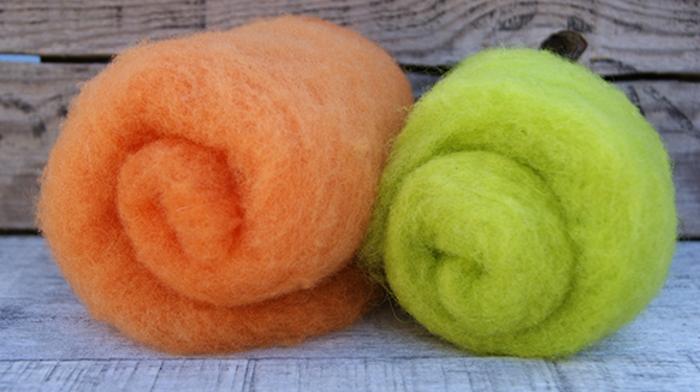 que faire avec de la laine, laine feutrée prête pour être modelée en couleur orange et vert
