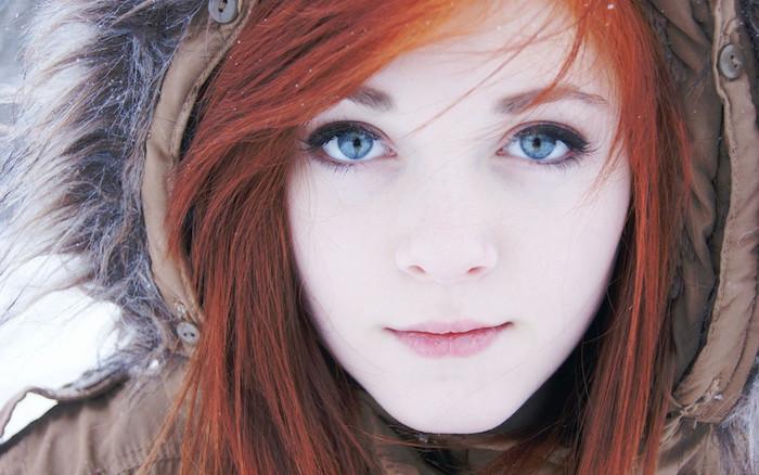 exemple de coiffure look tock dégradé femme avec frange sur le coté et coloration rouge aux nuances roux, des yeux bleus
