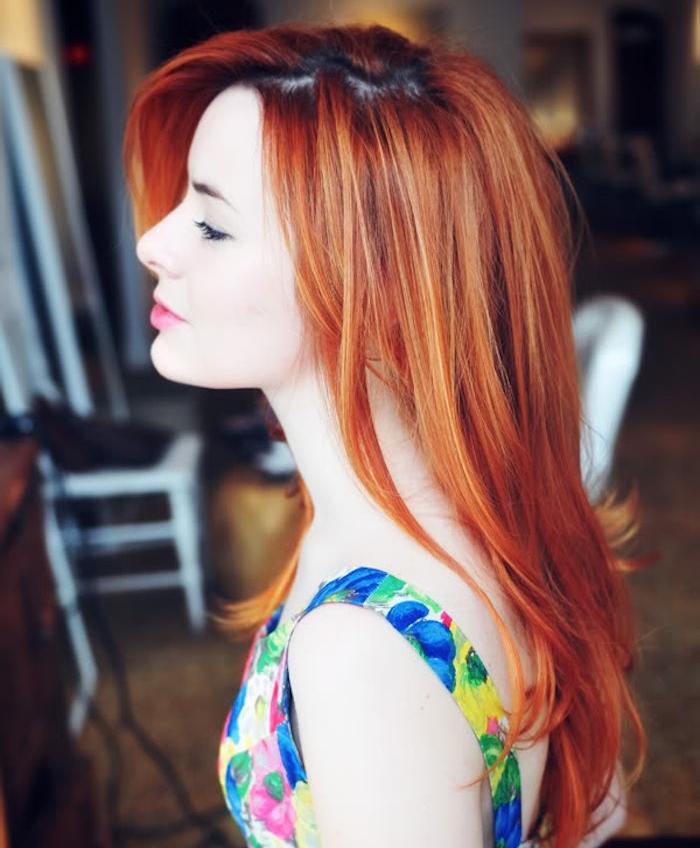 couleur cuivrée de cheveux, idée de coloration rouge et roux, femme avec coiffure mooderne et robe fleurie