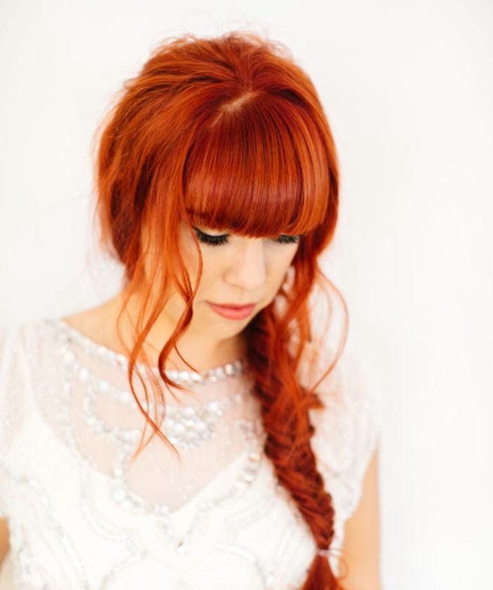 comment devenir rousse, exemple de cheveux cuivré femme avec coiffure en tresse en epi frange et mèches libres