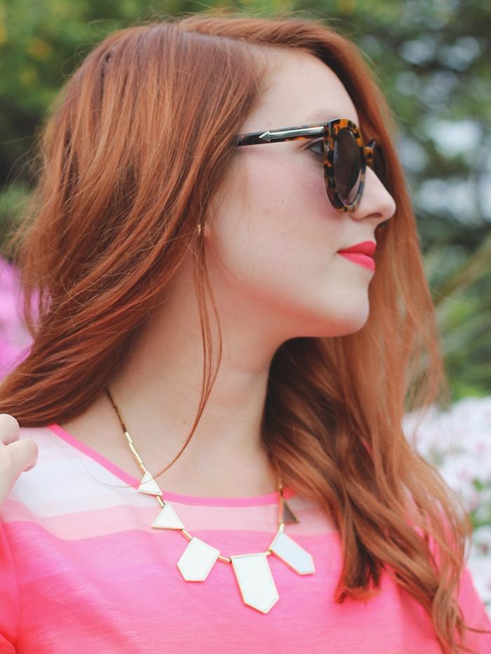 couleur auburn cheveux longs avec de legeres ondulations, lunettes de soleil et robe rose, rouge a levres rose