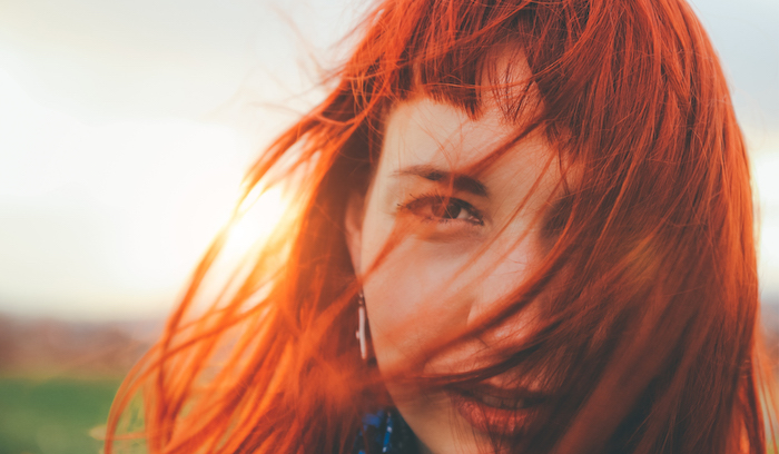 idée de coloration roux foncé, cheveux rouges sur une coupe carré mi long lisse avec frange sur le front