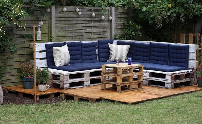 meubles en palettes pour le jardin et la terrasse, aménagement d un petit jardin avec un salon de jardin en palettes en bois