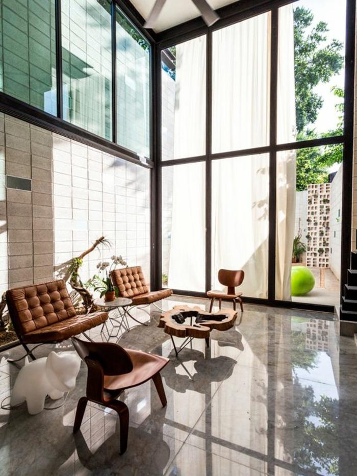 idée deco salon, amenagement salon avec des meubles en cuir couleur whisky, deux chaises en bois marron clair sol en marbre brillant gris