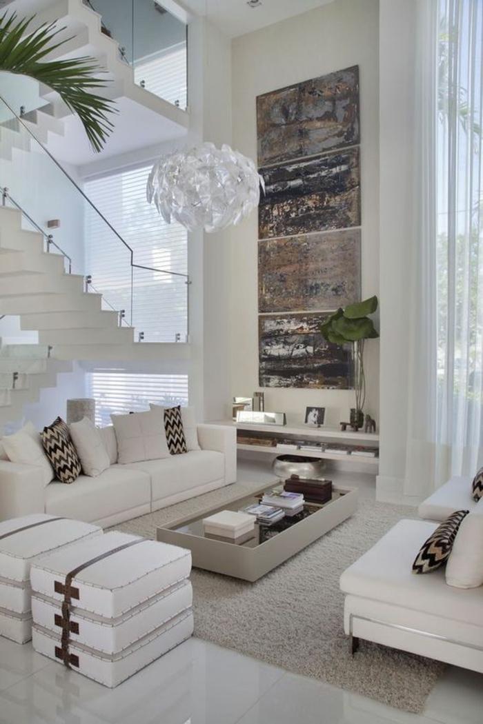 deco salon design, maison moderne de luxe, avec des meubles imitation cuir en blanc, tapis en couleur crème, luminaire blanc en forme de boule qui s'ouvre, palmier haut dans un coin