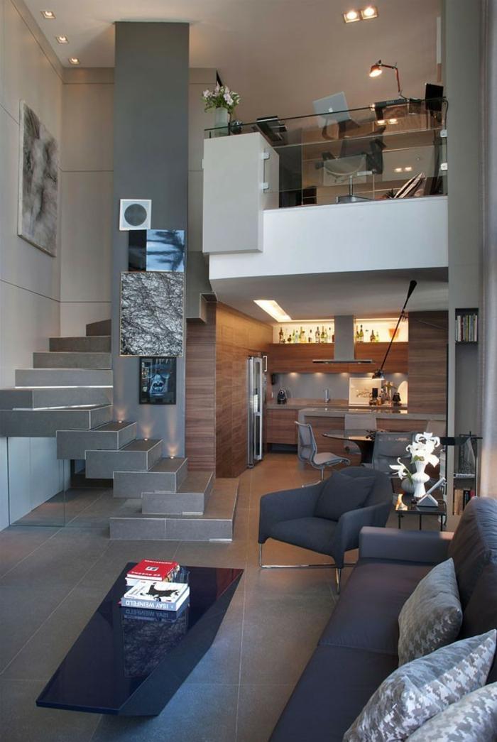 maison moderne de luxe dans une pièce plafond haut, canapé et fauteuils en bleu canard, escalier angulaire sans garde-corps,
