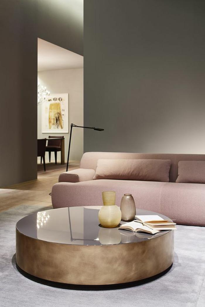 idée deco salon avec canapé en rose poudré avec deux larges coussins, grande et basse table ronde, tapis en gris pastel, trois vases sur la table