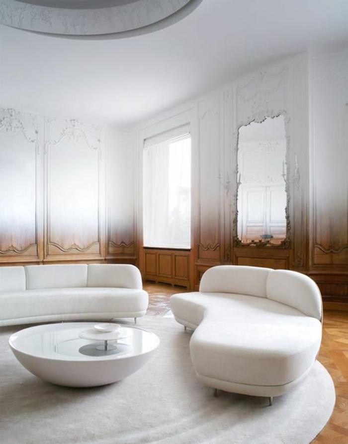 maison moderne de luxe, amenagement salon, meubles en blanc en forme de semi-cercles, tapis rond en blanc, table ronde en blanc, fenêtres aux ornements baroques