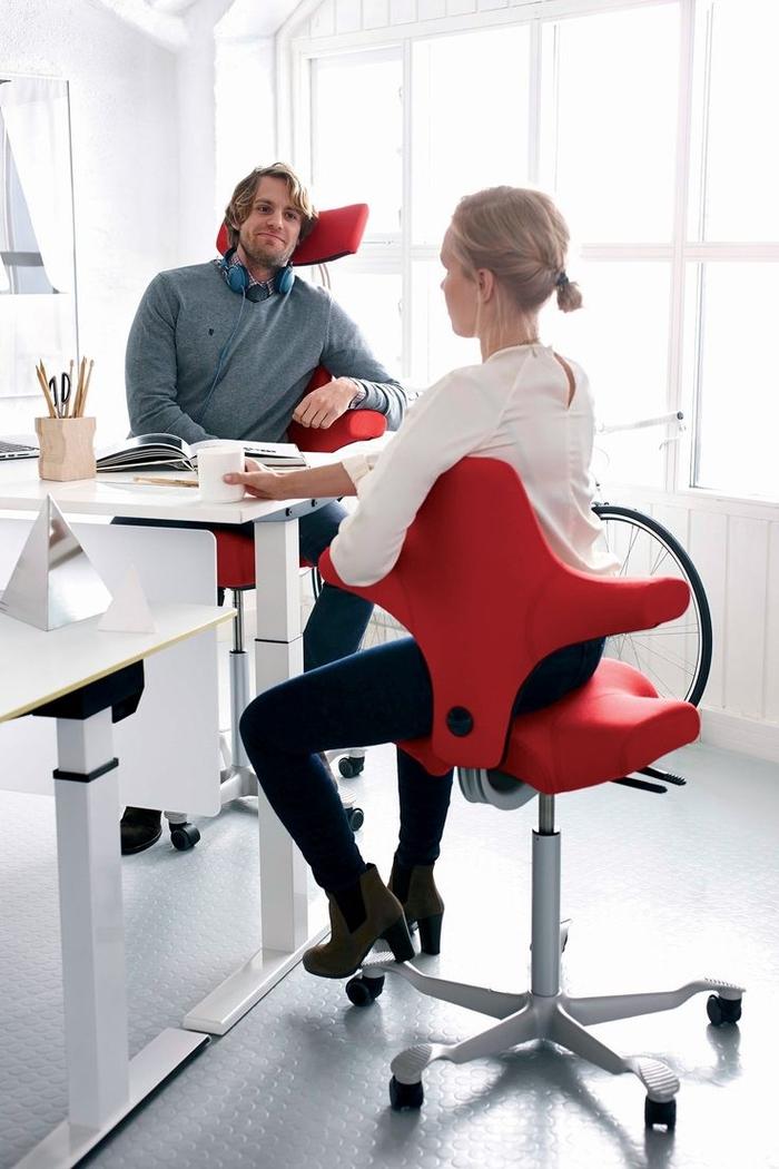 un modèle de chaise de bureau ergonomique avec assise en forme de selle qui combine la fonctionnalité et le design intelligent moderne