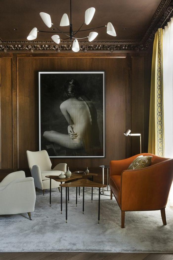 meuble salon pas cher, deco salon avec fauteuil en orange, luminaire en verre blanc opaque et métal noir, tapis carré blanc, deux fauteuils en faux cuir blanc