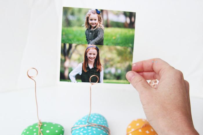 cadeau pour la fête des mères a fabriquer, galets décorés de peinture bleue, verte et jaune et pois blancs, support photos