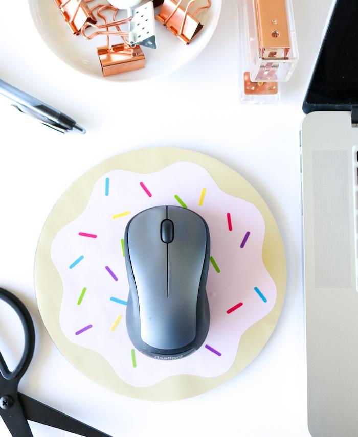 diy cadeau a realiser soi meme, tapis de souris blanc simple customisé de motif donut en papier, cadeau fête des pères à fabriquer