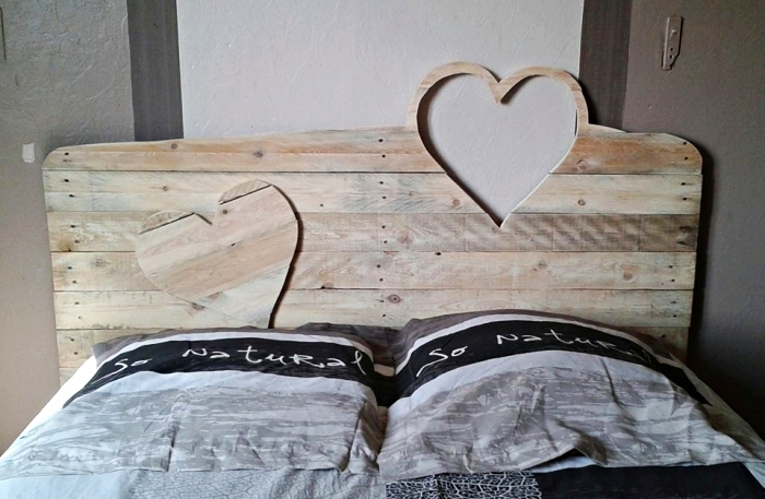 faire une tete de lit, modèle de tête de bois à design coeur à fabriquer soi même en palettes