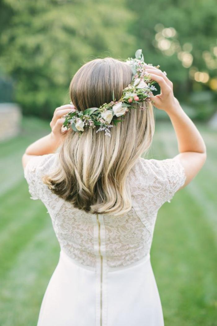 Photo coiffure mariée cheveux courts coiffure chignon mariée couronne de fleurs mariage champetre
