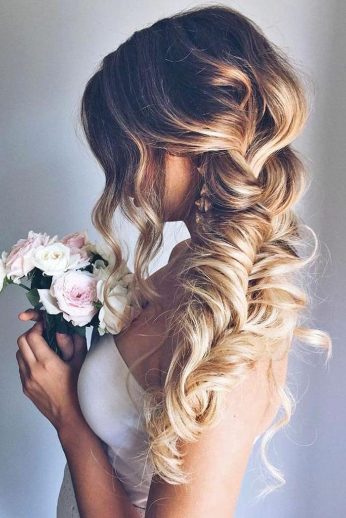 Romantique coiffure de mariée cheveux détachés coiffure de la mariée tresse décoiffée