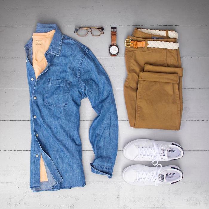 idée tenue homme d'été casual chemise bleue jean pantalon camel chino chaussures stan smith blanches