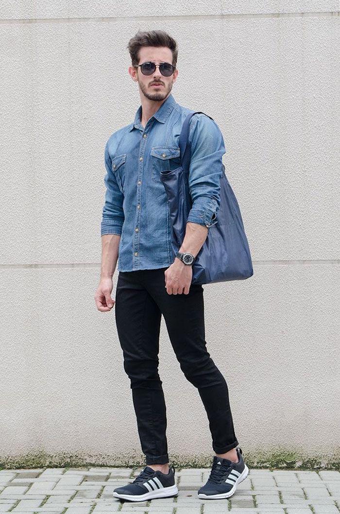porter chemise bleue avec pantalon jean noir skinny