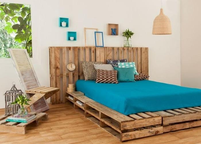 que faire avec des palettes, ambiance rustique dans la chambre blanche avec meubles en bois recyclé