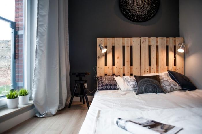fabriquer tete de lit, aménagement de pièce aux murs noir et blanc avec fenêtre surdimensionnée et rideaux longs