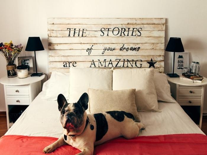 fabriquer une tete de lit en palette, déco de chambre en blanc et noir avec accents rouges et beige