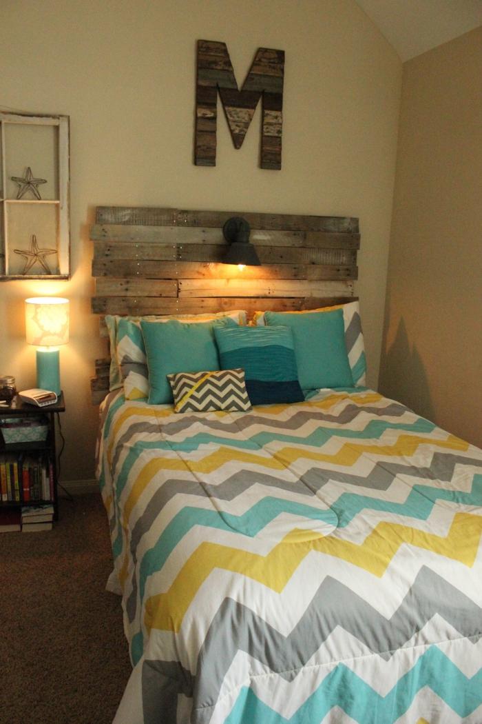 fabriquer une tete de lit en palette, petite chambre à coucher aux murs beige et tapis moelleux marron