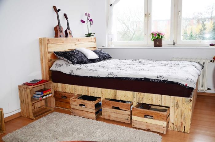 fabriquer une tete de lit en palette, déco chambre blanche et claire avec armoires et lit en palettes