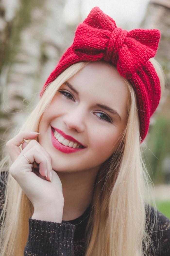 coiffure headband, cheveux blonds aux reflets dorés avec ruban en crochet rouge et rouge à lèvres rouge matte