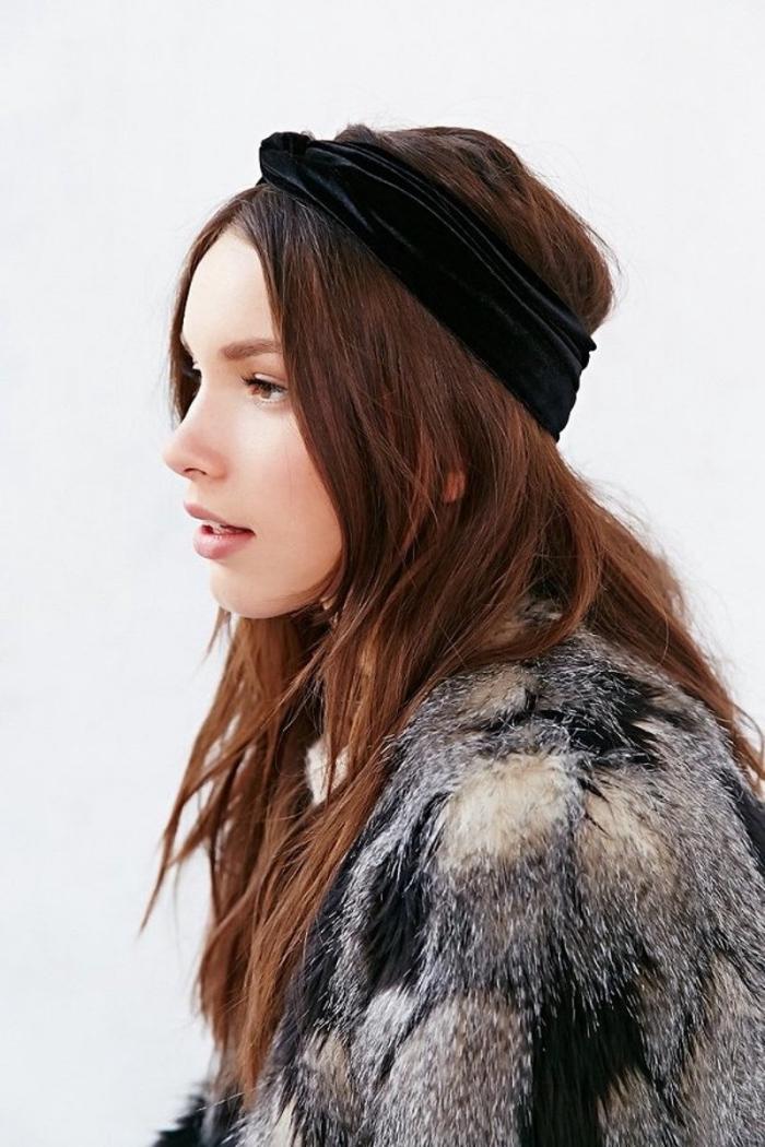 comment mettre un headband, cheveux longs de couleur marron auburn avec bandeau noir