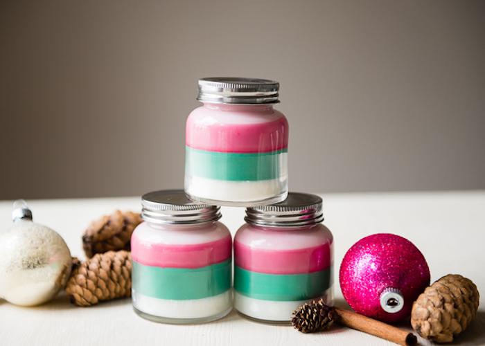 comment faire des bougies soi meme, idee cadeau noel a faire soi meme, trois couleurs, rose, vert et blanc, deco de pommes de pin et ornements