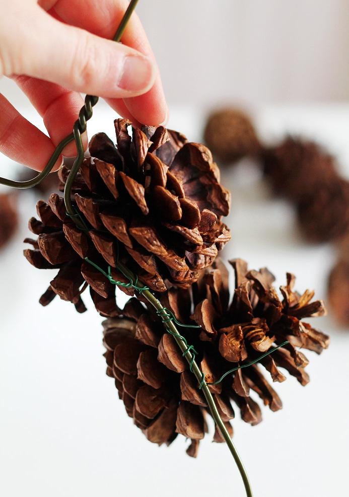 une couronne de noel a faire soi meme avec des pommes de pin pour une déco de noël naturelle et rustique