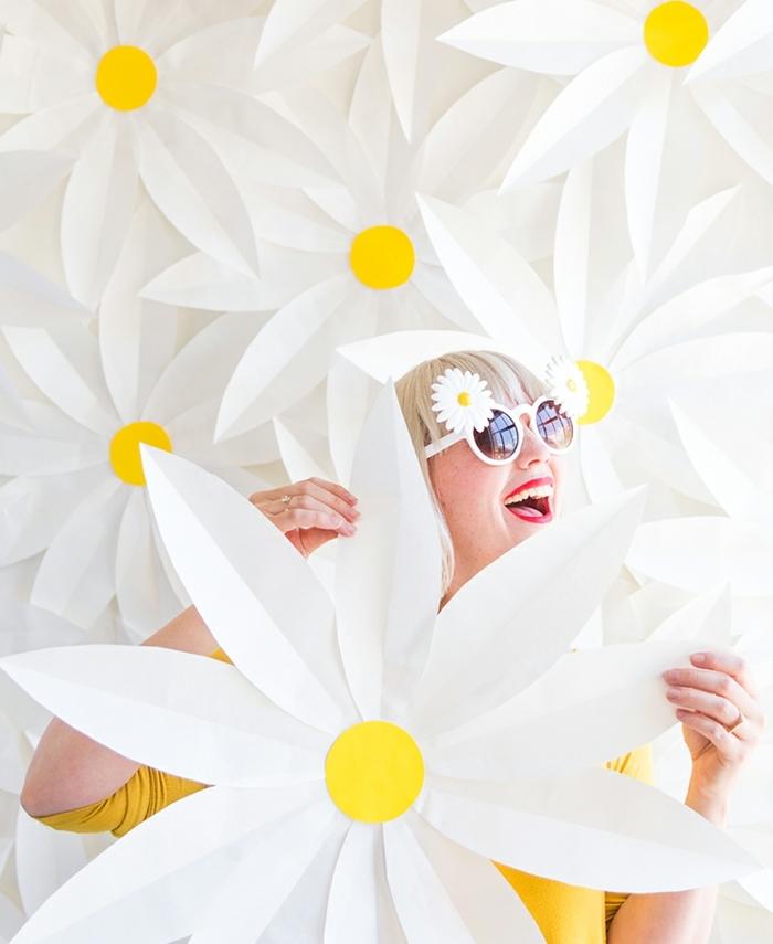 exemple de tuto fleur papier, des petales blanches enormes avec un centre en cercle de papier jaune