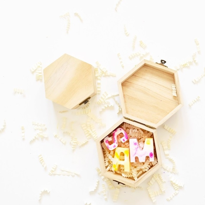 boîte en bois remplie de petits savons en forme de lettres, idée cadeau pour sa meilleure amie a faire soi meme