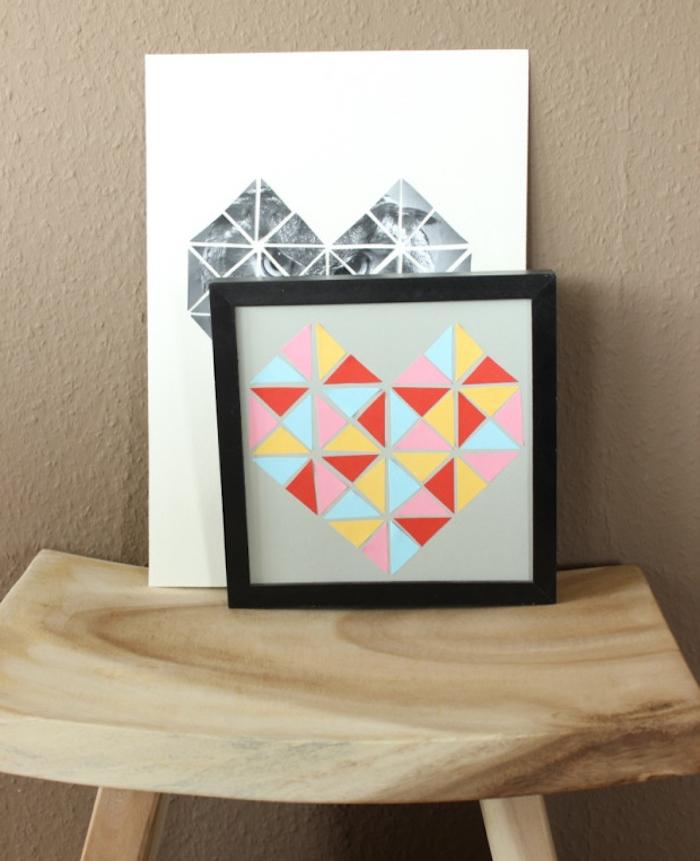 cadre décoratif avec une toile et triangles colorés en forme de coeur, idée cadeau pour sa meilleure amie a faire soi meme