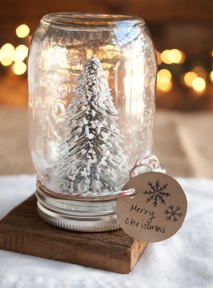 boule a neige dans un pot en verre avec figurine de sapin et neige artificielle, cadeau de noel a fabriquer
