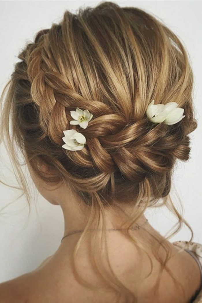 Vintage coiffure mariée avec headband coiffure mariée naturelle fleurs dans les cheveux tresse chignon